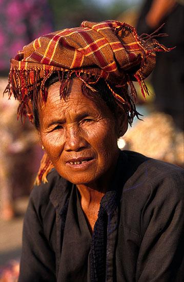 "Mulher da tribo ""Hmong Preto"", mercado semanal, Lago Inle, Myanmar"